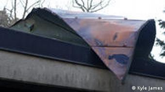 Полусорванная крыша с часовни на кладбище