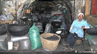Kohleverkäufer vor Kohlesäcken (Foto: CC/Swamibu)