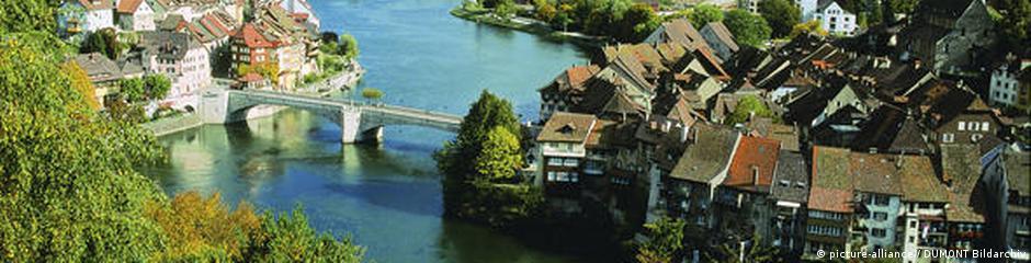 """In Laufenburg gibt es viel zu entdecken und vieles, das auf das """"Gold des Rheines"""", die silbernen Lachse, hinweist. Warum Laufenburg die ehemalige Hochburg der Salmfischerei war, wird bei einem etwa zweistündigen Rundgang erklärt. Quelle: http://www.schwarzwald-tourismus.info/media/presse/fotos_fuer_redaktionen/natur ***ACHTUNG: Foto frei zur Veröffentlichung nur in Verbindung mit einer redaktionellen Berichterstattung über den Schwaruzwald.***"""