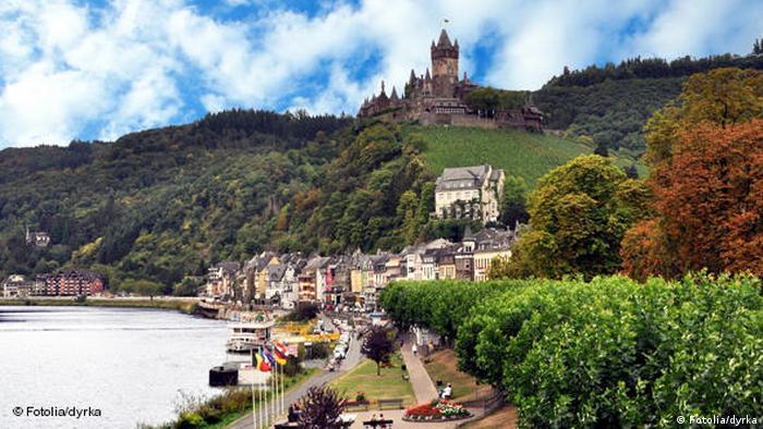 El Mosela es un río que discurre por el noreste de Francia, el este de Luxemburgo y el oeste de Alemania, desembocando en el Rin. Uno de los tramos más pintorescos se encuentra en Alemania, donde el río pasa entre los macizos de Eifel y Hunsrück, en un bello valle plantado de viñedos inclinados. Una ciclovía de 435 km de longitud recorre este valle, lleno de castillos a orillas y cimas.