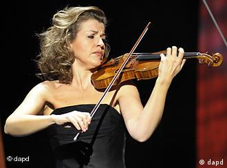 Anne-Sophie Mutter playing the violin