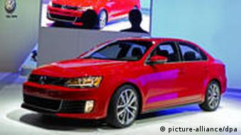 epa02572476 The 2011 Volkswagen Jetta GLI is introduced at the Chicago Auto Show at McCormick Place in Chicago, Illinois, USA 09 February 2011. EPA/TANNEN MAURY +++(c) dpa - Bildfunk+++