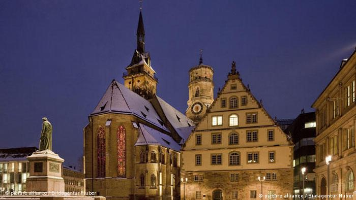 A church in Stuttgart illuminated at night (photo: picture alliance / Bildagentur Huber)