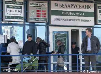 Schlange vor einer Wechselstube in Minsk (Foto: Bymedia)