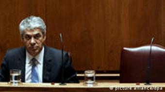 Portugal Rücktritt Premierminister Jose Socrates epa02649282 Portuguese Prime-Minister Jose Socrates listens as Finance Minister Teixeira dos Santos (not in the picture) delivers a speech during the discussion and vote of the new Stability and Growth Program for 2011-2014, in the Portuguese Parliament in Lisbon, 23 March 2011. The program is aimed at cutting the deficit to 4.6 per cent this year, from 7.3 per cent in 2010, and bringing it under 3 per cent by 2013. EPA/JOSE SENA GOULAO