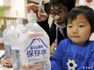 En Tokio se distribuyó agua mineral, tras el anuncio de contaminación del manto freático con yodo radioactivo.