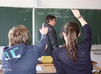 Schüler und Lehrer im Unterricht (Foto: DW)