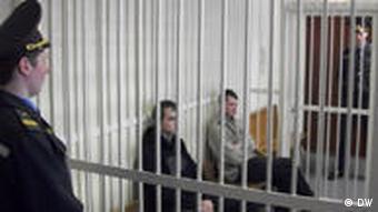 Zwei Oppositionelle in Belarus vor Gericht (Foto: DW)