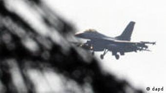 Militärmaschine, Stacheldraht (Foto: AP)