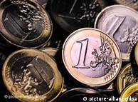 ILLUSTRATION - Euromünzen werden am Montag (14.02.2011) in Frankfurt am Main mit farbigem Licht beleuchtet. Mit einem umfangreichen Reformpaket will die EU den Euro krisenfest machen. Die Staats- und Regierungschefs einigten sich in Brüssel grundsätzlich auf weitreichende Reformen, wie Diplomaten am Donnerstag sagten. Foto: Boris Roessler dpa  +++(c) dpa - Bildfunk+++