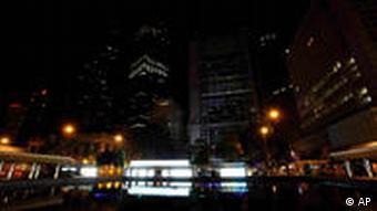 Earth Hour: Gebäude in Hong Kong liegen im Dunkeln (Foto: AP)