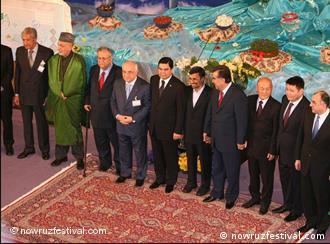 استقبال محمود احمدینژاد و اسفندیار رحیممشایی از شماری از مهمانان جشن جهانی نوروز