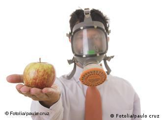 Символический снимок: человек в противогазе с яблоком