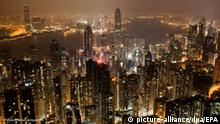 epa02654533 A composite photo showing that very little had change in the period before and after the Earth Hour landmark time, on the Hong Kong Skyline from Victoria Peak, for Earth Hour, 26 March 2011. At 8:30pm on 26th March 2011, lights where switched off around the globe for Earth Hour to take a stand against climate change. EPA/PAUL HILTON +++(c) dpa - Bildfunk+++