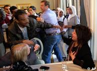 ماموران امنیتی می کوشند هر چه زودتر ایمن العبیدی را از هتل خارج کنند