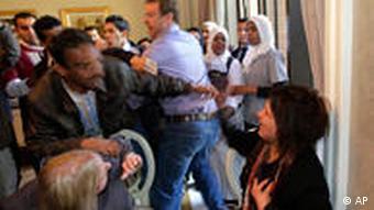 ایمان العبیدی، در جمع خبرنگاران در طرابلس