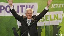 Der Spitzenkandidat der Gruenen fuer die Landtagswahl in Baden-Wuerttemberg, Winfried Kretschmann, gestikuliert am Sonntag (27.03.11) in Stuttgart bei der Wahlparty der Gruenen nach der Bekanntgabe der ersten Hochrechnungen. In Baden-Wuerttemberg zeichnet sich ein historischer Regierungswechsel ab. Voraussichtlich muss die CDU nach knapp 58 Jahren die Macht abgeben. Erste Hochrechnungen von ARD und ZDF ergaben am Sonntagabend kurz nach der Landtagswahl eine Mehrheit fuer ein rot-gruenes Buendnis. Offen war zunaechst, ob die FDP an der Fuenf-Prozent-Huerde scheitern wird. (zu dapd.Text) Foto: Joerg Koch/dapd