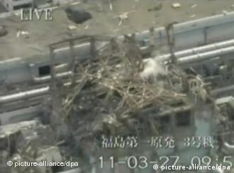 epa02658963 An image made available on 29 March 2011 taken from Ground Self-Defense Forces footage dated 27 March 2011 shows the destroyed reactor number three building of the Tokyo Electric Power Co (TEPCO) Fukushima No.1 (Dai-Ichi) nuclear power plant in the town of Okuma, Futaba district, Fukushima prefecture, Japan. High levels of radioactive materials detected in reactor buildings at a stricken nuclear station in north-eastern Japan hampered efforts on 27 March to avert a potential disaster. EPA/JAPAN'S GROUND SELF-DEFENSE FORCES HANDOUT EDITORIAL USE ONLY +++(c) dpa - Bildfunk+++