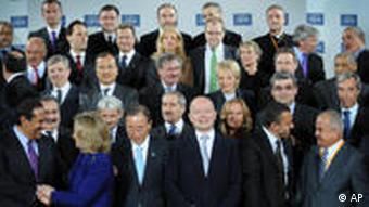 Delegates attending the London Conference on Libya, pose for a group photo at Lancaster House in London, Tuesday March 29, 2011. U.N. Secretary-General Ban Ki-Moon, U.S. Secretary of State Hillary Rodham Clinton, the Arab League, NATO chief Anders Fogh Rasmussen and up to 40 foreign ministers were attending the talks, seeking to ratchet up the pressure on Moammar Gadhafi to quit. Opening the talks, Britain's Prime Minister David Cameron said the conference would sketch out how the world could help Libya on a path to a post-Gadhafi rule.(AP Photo/Stefan Rousseau, pool)***ACHTUNG: BILD NICHT FÜR CMS-FLASH-GALERIEN BENUTZEN!!!***