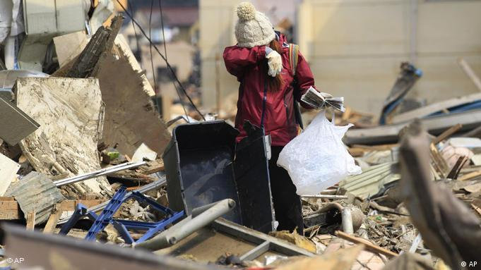 Japanese woman crying in rubble. (Photo: AP Photo/Eugene Hoshiko)
