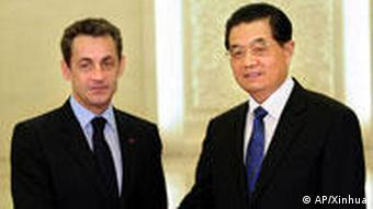 Chinese President Hu Jintao (r)shakes hand with French President Nicolas Sarkozy