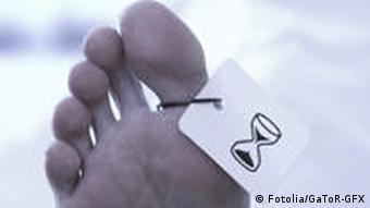 Symbolbild einer Leiche Obduktion in der Gerichtsmedizin Füße