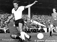 ولفگانگ اوورات (پیراهن سفید) در دیدار آلمان و اسپانیا در جام جهانی ۱۹۶۶ انگلیس