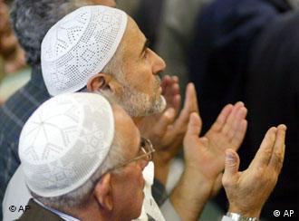 Fiéis muçulmanos oram na mesquita do bairro Kreuzberg, em Berlim