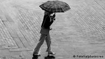 Symbolbild Im Regen stehen Regenschirm Einsamkeit