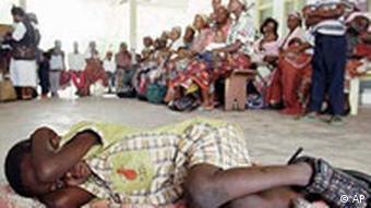 População aguarda teste de malária em Manica (2000)