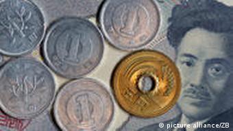 Japanische Yen-Münzen liegen auf einem 1000 Yen Geldschein (Foto: picture-alliance/ Jens Büttner )