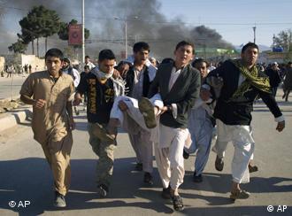 Ferido é carregado após ataque em Mazar-i-Sharif