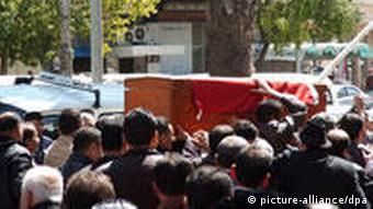 A handout picture provided by the Syrian official news agency SANA showing people carrying the coffin during the funeral procession of a Syrian man who was killed in the Mediterranean city of Latakia, some 348 kilometers (217.5 miles) in northwest Syria. According to an official Syrian source, the man is one of two people who were killed by an armed gang that shot people from atop the buildings' roofs on 26 March 2011. It said three other people were also injured. EPA/SANA / HANDOUT EDITORIAL USE ONLY/NO SALES +++(c) dpa - Bildfunk+++