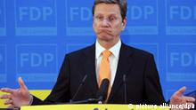 ARCHIV - Der FDP-Bundesvorsitzende Guido Westerwelle spricht auf einer Pressekonferenz am Montag (21.02.2011) in der Bundeszentrale der FDP in Berlin zu den Journalisten. Westerwelle tritt beim FDP-Parteitag im Mai nicht mehr für das Amt des Vorsitzenden an. Nach Informationen der Nachrichtenagentur dpa will er aber Außenminister und Vizekanzler bleiben. Westerwelle will sich noch am Sonntag (03.04.2011) vor der Presse in Berlin erklären. Foto: Jörg Carstensen dpa +++(c) dpa - Bildfunk+++
