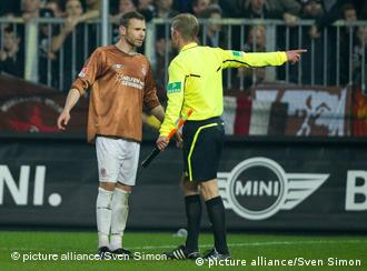 St. PAuli player being sent off