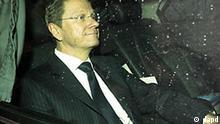 Der FDP-Vorsitzende Guido Westerwelle kommt am Montag (04.04.11) in Berlin an der FDP-Zentrale zur FDP-Praesidiumssitzung an. Der scheidende FDP-Chef Westerwelle zieht sich auch als Stellvertreter von Bundeskanzlerin Angela Merkel (CDU) zurueck. Es ist voellig klar, dass der naechste Parteivorsitzende, wenn er dem Kabinett angehoert, auch Vizekanzler wird, sagte Westerwelle nach Angaben aus Teilnehmerkreisen im FDP-Praesidium am Montag in Berlin. (zu dapd-Text) Foto: Oliver Lang/dapd