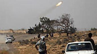 Libyan rebels fire from a rocket launcher during an exchange of fire with pro-Gadhafi forces along the frontline at the outskirts of Brega, Libya, Monday, April 4, 2011. (Foto:Nasser Nasser/AP/dapd)