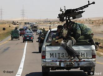 Libyan rebels riding on the back of an armed pickup truck retreat during an exchange of fire with pro-Gadhafi forces along the frontline on the outskirts of Brega, Libya, Monday, April 4, 2011. (Foto:Nasser Nasser/AP/dapd)
