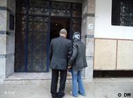 رجل يتوجه مع زوجته إلى موعد للعلاج من العجز الجنسي