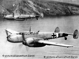 Zwei Messerschmidt Bf 110 Zerstörer der deutschen Luftwaffe während der NS-Zeit über dem Mittelmeer. (undatiertes Archivbild)