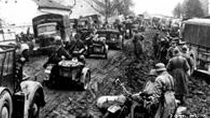 Motorisierte Kolonnen der Wehrmacht auf dem Vormarsch in Jugoslawien während des Balkanfeldzuges im Jahr 1941.