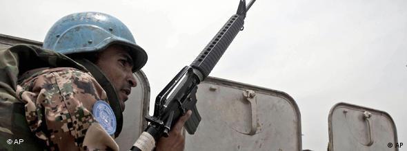Blauhelm-Soldat mit Gewehr im Anschlag (Foto: AP)