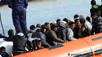 Flüchtlinge drängen sich in einem orangem Schlauchboot (Foto: EPA)