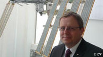 DLR Vorstand Johann-Dietrich Wörner vor Modell der ISS (Foto: DW/Matthias von Hein)
