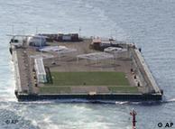 La planta flotante de tratamiento de radiación donde se almacenará parte del agua contaminada.