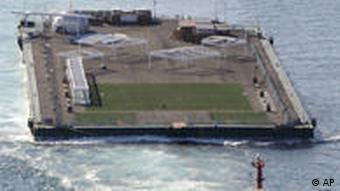 Riesen-Floß schwimmt im Meer (Archivfoto: ap/dapd)