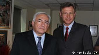 Dominique Strauss-Kahn, Chef des Internationalen Währungsfonds IWF, und Miodrag Soric, DW-Studioleiter Washington