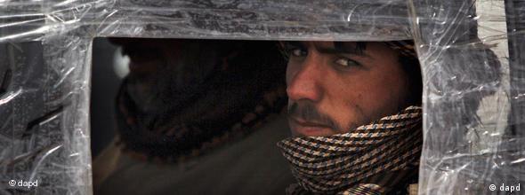 Libyscher Rebell in Panzerfahrzeug (Foto: dapd)