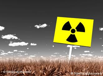 Bildmontage Atomkraftzeichen in einem Feld (Foto: styleuneed)