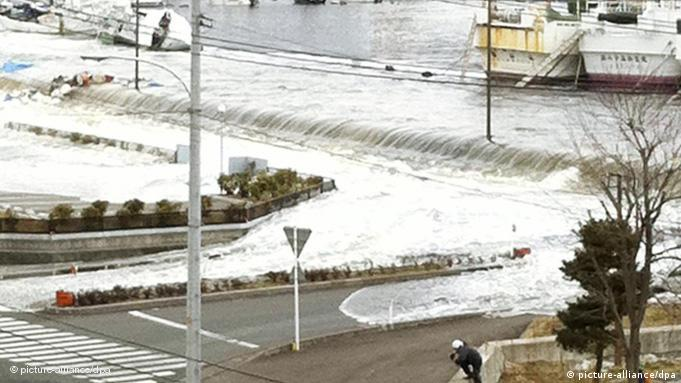 Tsunami rolls ashore in Japan on March 11 (Photo: Kyodo)